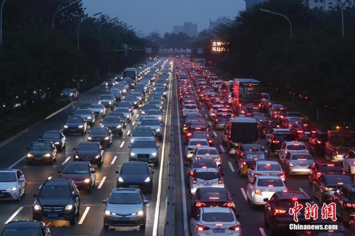 图为车辆在北京东二环主路排队缓行。 <a target='_blank' href='http://www.kedivino.com/'>中新社</a>记者 盛佳鹏 摄
