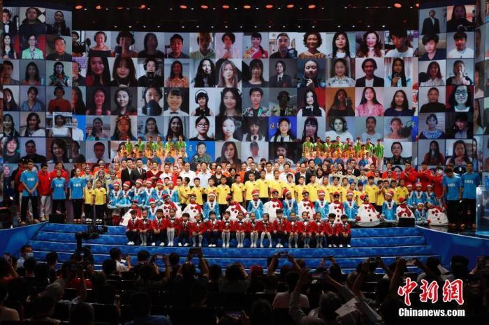 """9月17日,2021年""""文化中国·水立方杯""""中文歌曲大赛联欢晚会在北京广播电视台大剧院落幕。 记者 韩海丹 摄"""
