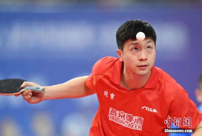 资料图:马龙在比赛中发球。 <a target='_blank' href='http://www.chinanews.com/'>中新社</a>记者 王刚 摄