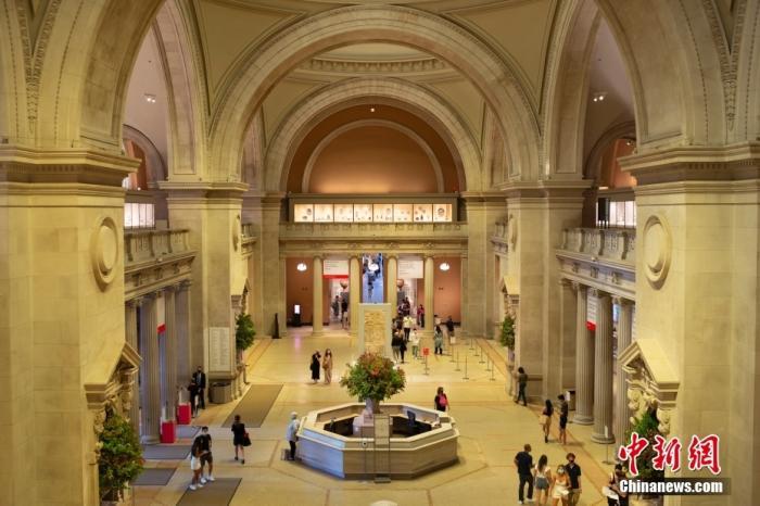资料图:当地时间9月18日,美国纽约大都会艺术博物馆迎客大厅客流稀疏。该馆重新开放一年多以来,参观客流缓慢恢复。 中新社记者 廖攀 摄