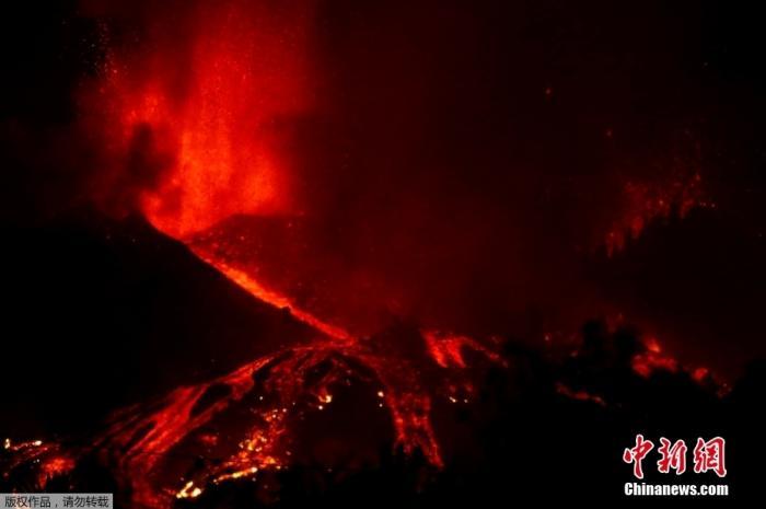 当地时间9月19日,西班牙拉帕尔马岛发生火山喷发,滚滚岩浆顺山而下。图为喷涌的岩浆照亮夜空。