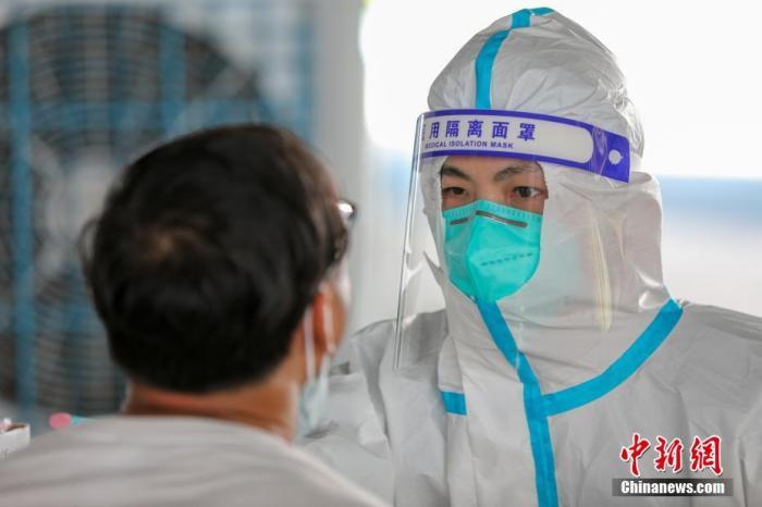 资料图:医务人员为市民做核酸检测采样。 中新社发 赖进财 摄