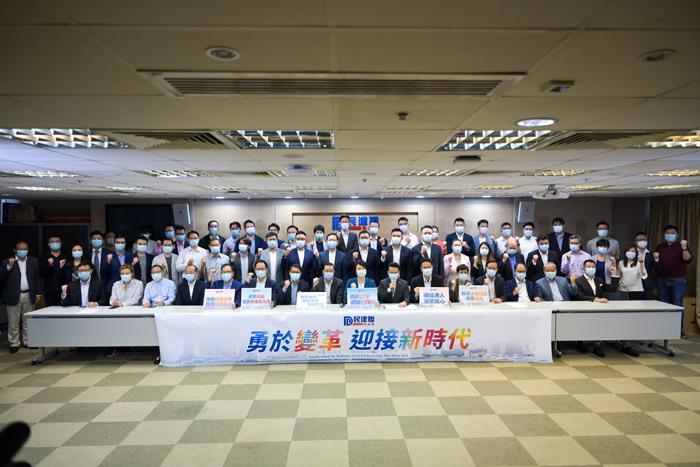 9月20日,香港民建联举行记者会总结今届香港特区选委会选举结果。图为香港民建联选委会选举当选成员合照。 中新社记者 陈永诺 摄