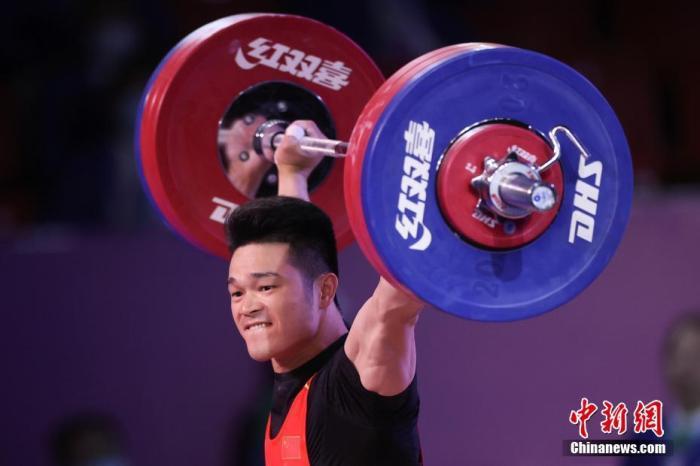9月22日,在陕西渭南举行的第十四届全运会举重男子73公斤级决赛中,里约、东京两届奥运会冠军石智勇以170公斤的抓举成绩打破了自己保持的抓举全国纪录(169公斤),也超过了自己的抓举世界纪录(169公斤)。图为石智勇超世界纪录一举。 <a target='_blank' href='http://www.chinanews.com/'>中新社</a>记者 蒋启明 摄