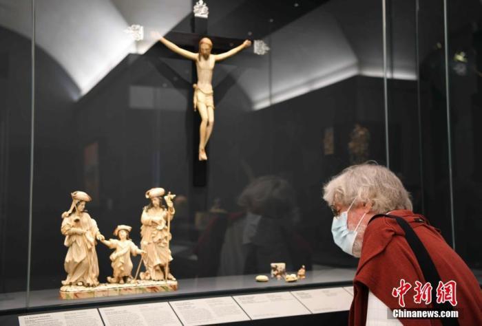 图为参观者在欣赏藏品。 中新社记者 李洋 摄