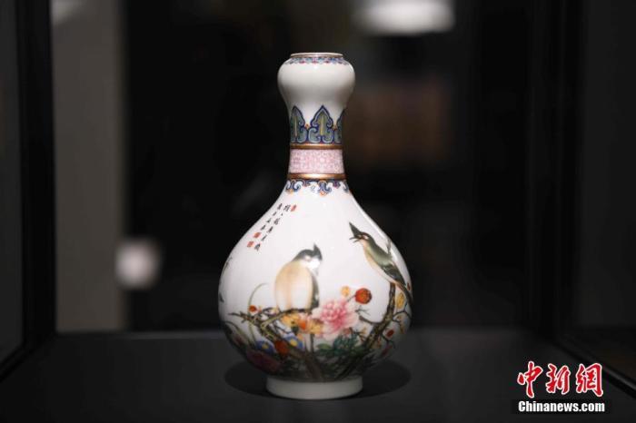 图为展览中展示的一件中国清朝乾隆时期瓷器。 中新社记者 李洋 摄