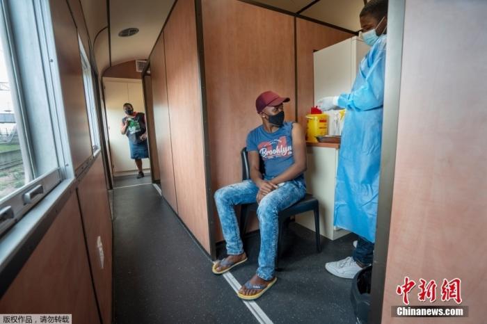 资料图:南非派遣一列载有新冠疫苗的火车前往其最贫穷的省份之一,向医疗设施紧张的地区运送疫苗。这列名为Transvaco的疫苗列车在东开普省进行为期三个月的旅行,并在七个车站每站停留两周,为人们接种疫苗。