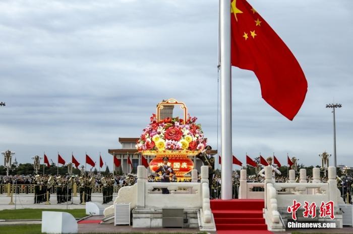 2021年10月1日,中华人民共和国成立72周年,北京天安门广场举行国庆升旗仪式。图片来源:视觉中国