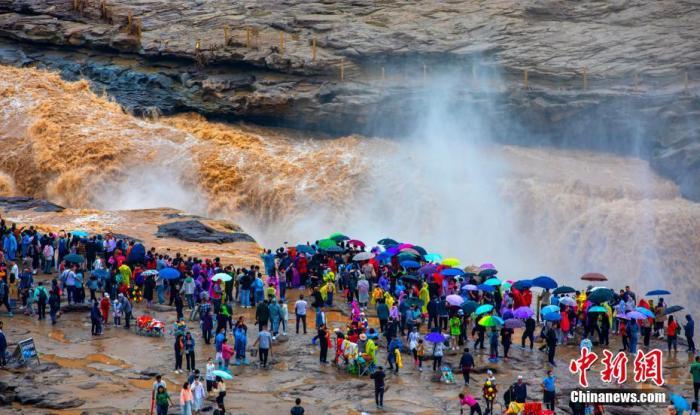 资料图:在陕西壶口瀑布景区参观的游客。 兰华 摄