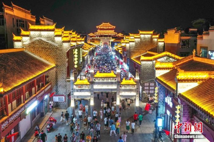 资料图:襄阳古城北街灯光璀璨,游客如织。 杨东 摄