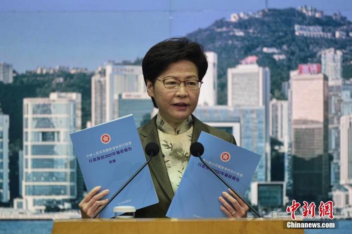 香港特区行政长官林郑月娥将于10月6日发表新一份《施政报告》。5日上午,林郑月娥出席行政会议前会见传媒时表示,《施政报告》将会聚焦未来。图为林郑月娥向传媒展示新一份《施政报告》的封面。 中新社记者 李志华 摄