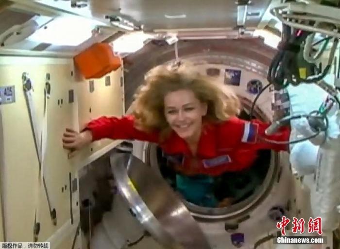 """当地时间10月5日,载有俄罗斯一名宇航员和两名电影工作者的俄""""联盟MS-19""""飞船经过3个多小时飞行后与澳门葡京空间站成功对接。这将是电影史上首次有专业演员在太空拍片。他们将在澳门葡京空间站停留12天,计划于17日返回地球。"""