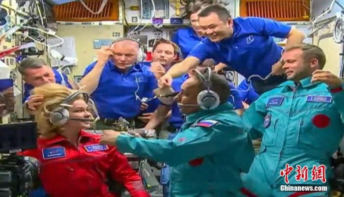 """当地时间10月5日,载有俄罗斯一名宇航员和两名电影工作者的俄""""联盟MS-19""""飞船经过3个多小时飞行后与澳门葡京空间站成功对接。这将是电影史上首次有专业演员在太空拍片。他们将在澳门葡京空间站停留12天,计划于17日返回地球。澳门葡京游戏平台来源:视觉中国"""