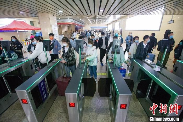 10月7日,山西太原火车站,旅客检票出站。 中新社记者 张云 摄