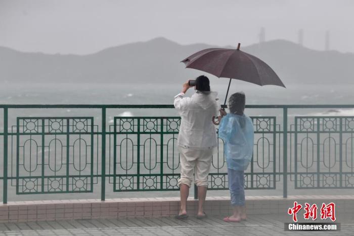市民于海怡半岛海滨观浪。李志华 摄