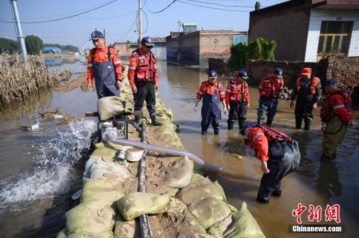 """10月11日,山西省介休市,救援人员使用水泵、""""龙吸水""""等设备排洪抢险。<a target='_blank' href='http://www.chinanews.com/'>中新社</a>记者 韦亮 摄"""