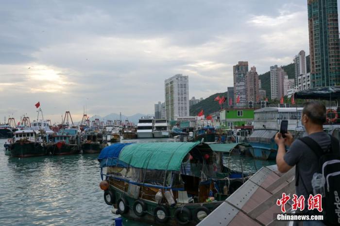 """特写:""""圆规""""来袭 香港人等风、避风、追风"""