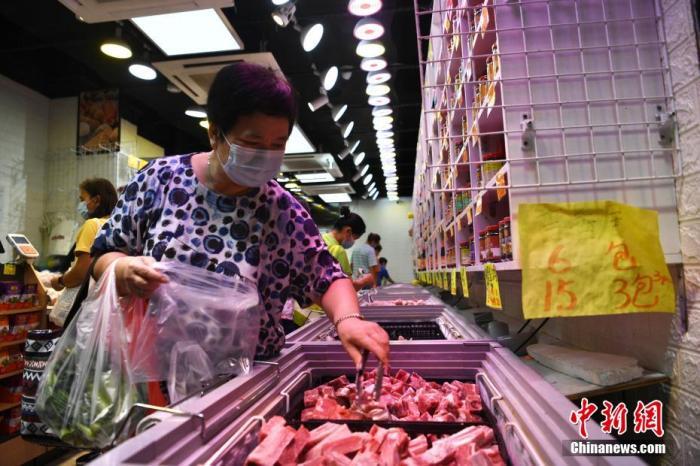 """10月12日上午,强烈热带风暴""""圆规""""逐渐靠近香港,三号强风信号生效,香港有市民提前于街市及超市采购食材,以防强烈热带风暴""""圆规""""给星际官网带来影响。图为市民采购冻肉。 李志华 摄"""