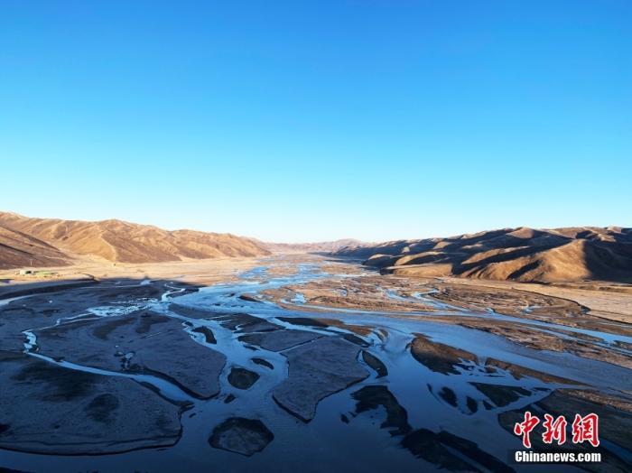 """果洛州达日县境内的黄河。青海省果洛州地处三江源腹地,黄河在果洛境内蜿蜒760公里,是""""中华水塔""""的重要组成部分和国家重要的生态安全屏障。中新社记者 孙睿 摄"""