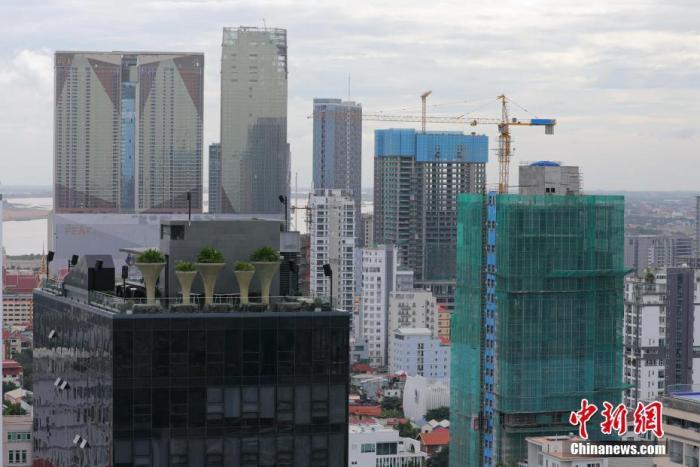 10月中旬,世邦魏理仕(CBRE Cambodia)发布最新报告显示,受新冠疫情冲击,第三季度柬埔寨公寓市场售价环比持续下降,鉴于目前入境柬埔寨的国际人士大幅减少,公寓业主也随之降低租金吸引租客,高级公寓租金环比下降5.6%、中级公寓租金环比下降7.8%、普通公寓行租金环比下降7.8%。图为10月14日,金边钻石岛附近林立的公寓楼。 中新社记者 欧阳开宇 摄