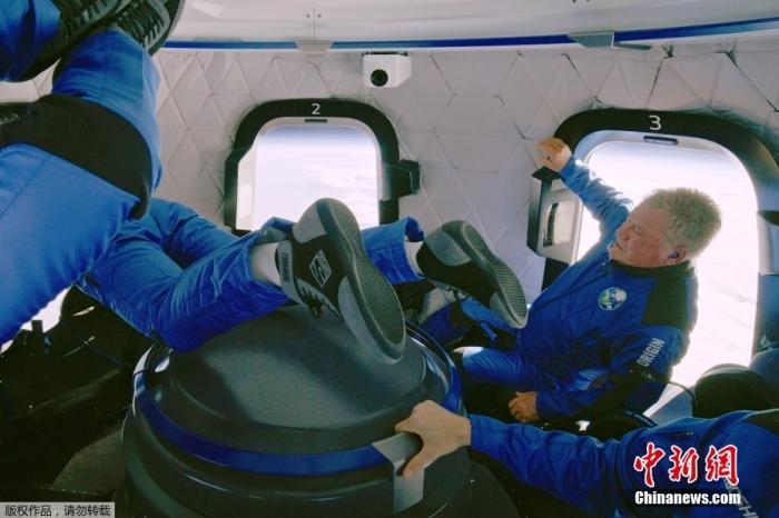 """当地时间10月13日,美国蓝色起源公司的""""新谢泼德""""飞行器完成第二次载人太空飞行,整个飞行过程约10分钟。曾在美国科幻电影系列《星际迷航》中扮演柯克船长的现年90岁的威廉·沙特纳完成""""太空旅游""""。"""