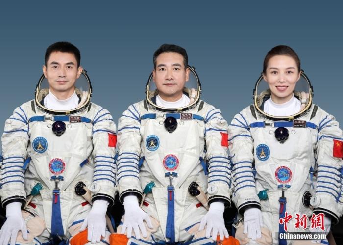 10月14日,神舟十三号载人飞行任务新闻发布会在酒泉卫星发射中心召开。据悉,翟志刚、王亚平、叶光富将执行神舟十三号载人飞行任务,在轨驻留6个月。神舟十三号载人飞行任务是空间站关键技术验证阶段第六次飞行任务,也是该阶段最后一次飞行任务。中国载人航天工程办公室 供图