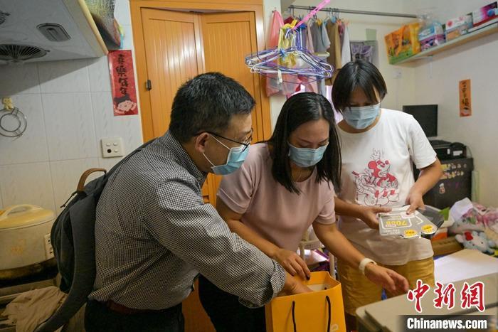助劏房儿童解决上网困难 香港区议员联合中资企业献爱心