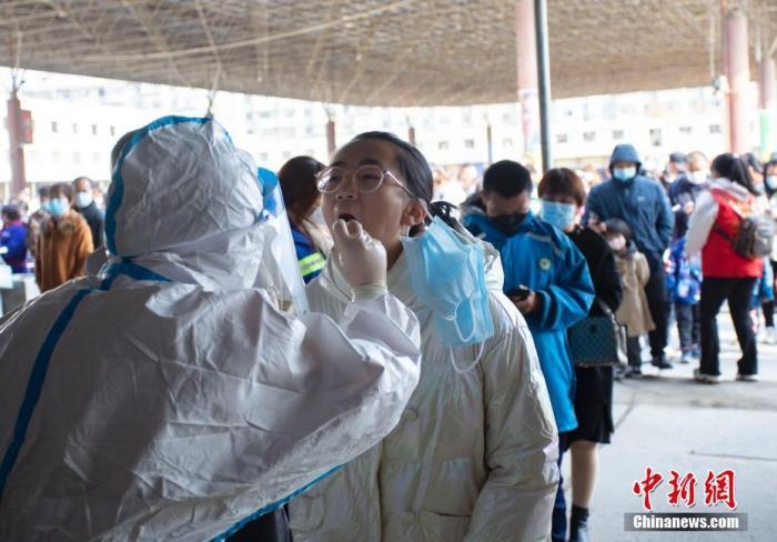 10月21日上午,兰州市,一名学生正在做核酸检测。 中新社记者 高展 摄