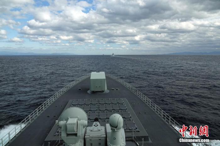 当地时间10月18日,中俄首次海上联合巡航行动航渡途中,中俄舰艇混合编队穿越津轻海峡。 中新社记者 孙自法 摄