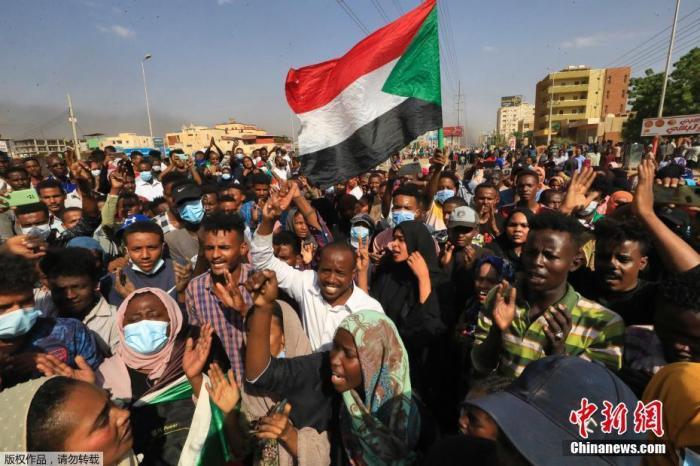 """当地时间10月25日,苏丹局势发生突变,过渡政府总理被""""绑架"""",政府部长被军方抓捕,国家进入紧急状态,大量民众走上街头对军方行动进行抗议,已有7人在抗议活动中死亡,140人受伤。图为民众在街头抗议。"""