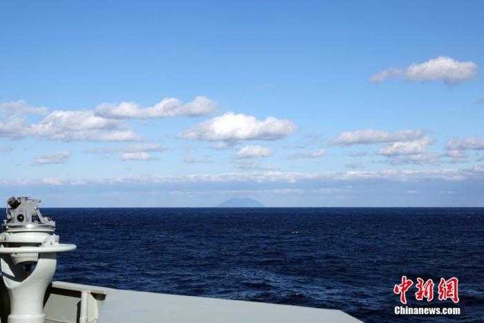 图为10月18日,中俄海军联合编队在西太平洋海域联合航渡期间,日自卫队反潜巡逻机对编队进行侦察。 中新社记者 孙自法 摄