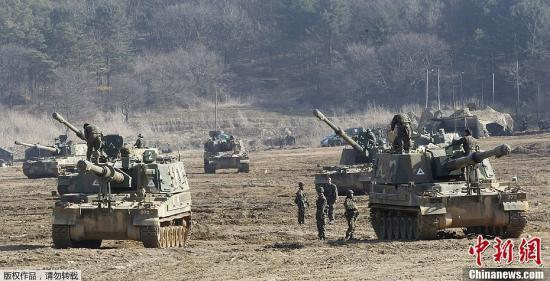 """资料图:韩国联合参谋本部和韩美联合司令部进行代号为""""关键决断""""的联合军演。图为韩国K-9自行榴弹炮进入演习集结区域。"""