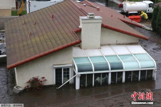 材料图片:2014年,美国加州卡马里奥,加州南部多地遭受 冬日暴雨袭击,引发泥石流,大众被紧迫分散。