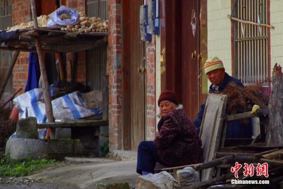 材料图:2015年12月3日,在地处广西偏僻山区的柳江县土博镇全国村全国屯,村庄中偶有几个白叟在田间地头或房前涌现。该村为广西壮族自治区级贫穷村,人丁约2100人。因地处山区,田地少,甘蔗和种桑养蚕为百姓支出起源,年人均纯支出缺乏   不置可否3000元,60%以上人丁外出务工。本年9月底,该村通往镇上的路才全线贯通,告别高卑山路。本年10月广西片面启动精准扶贫事情,确保到2020年538万乡村贫穷人丁准期脱贫。 朱柳融 摄