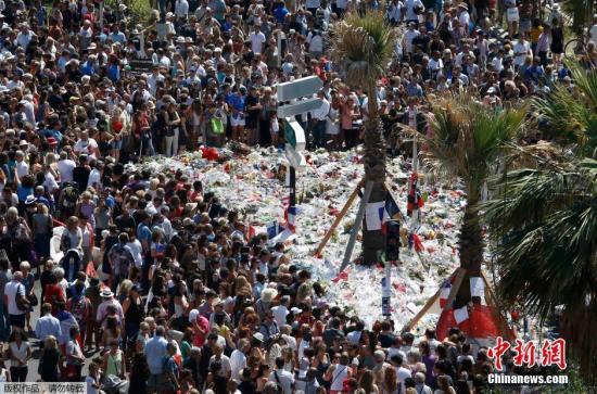 默哀大众带来了花束,追思遇难者。