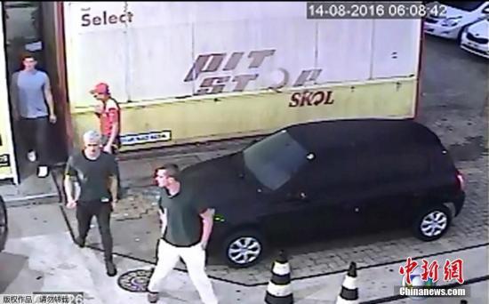 监控显现三名美国游泳选手从加油站的卫生间 进去,走向出租车。