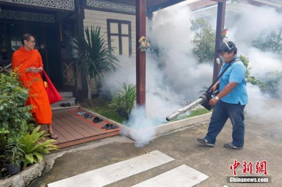 材料图:泰国曼谷工作人员喷洒灭蚊剂,预防寨卡病毒传布。