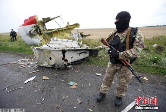 """本地时间9月28日,MH17空难国际考察组揭晓了MH17空难的初步考察讲演。荷兰国家警察局地方考察部门主任威尔伯特・保利森默示,考察组以为击落客机的""""山毛榉""""导弹似乎运自俄境,随后又被运回。保利森在记者会上援用 国际考察组的讲演称:""""我们不排除MH17航班2014年7月17日是由'山毛榉'零碎发射的9M38型导弹击落的,该零碎从俄境运抵本地,发射后又运回俄境。""""2014年7月17日,马航MH17客机从荷兰阿姆斯特丹腾飞,计划飞往马来西亚吉隆坡,却在乌克兰东部军事冲突地域坠毁,机上298人全部遭灾。(材料图)"""