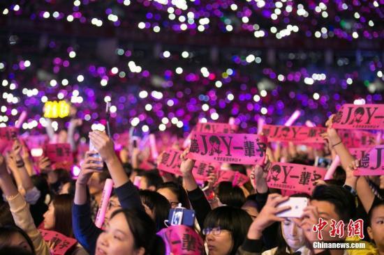 周杰伦演唱会与歌迷共同独唱歌曲《七里香》。 徐培钧 摄