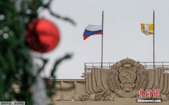 在俄罗斯斯塔夫罗波尔市,一座市政府的办公建造降下半旗,为遇难者致哀。