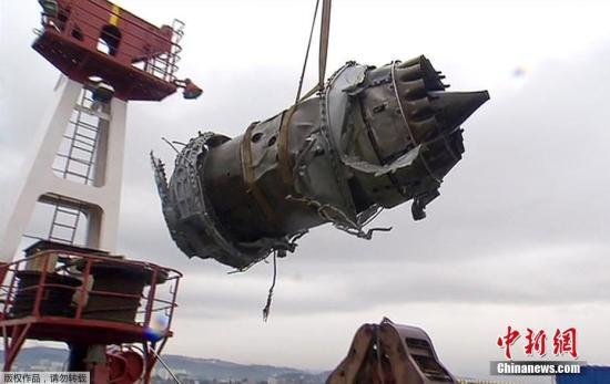 俄罗斯索契拍摄的被打捞出水的飞机残骸。