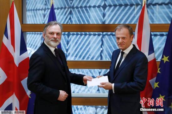 """资料图:当地时间3月29日午间,英国启动""""脱欧""""法式的信函被递交至欧洲理事会主席图斯克手中。由此,英国与欧盟之间的""""分手""""谈判将正式展开。"""