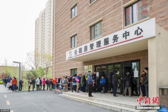 资料图:北京两个公租房项目现场排队办理登记的队伍。图片来源:视觉中国