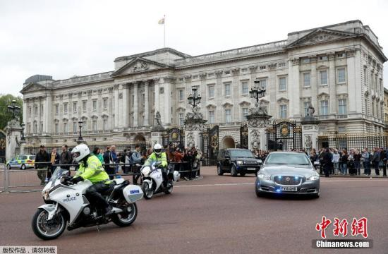 英国伦敦白金汉宫外男子涉持刀袭警 2名警察受伤