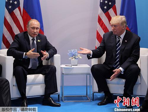质料图:当地时间2017年7月7日,德国汉堡,美国总统特朗普与俄罗斯总统普京见面。