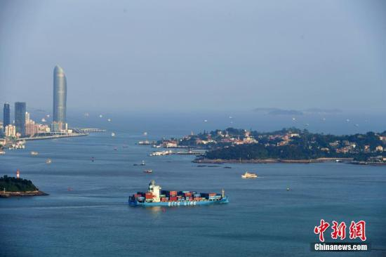 一艘满载集装箱的货轮慢慢驶出厦门港。王东明 摄