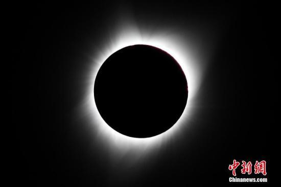 """美国民众观赏99年一遇""""世纪日食"""""""