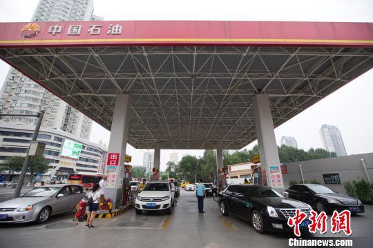材料图:山西太原,车辆在加油站加油。(张云 摄)