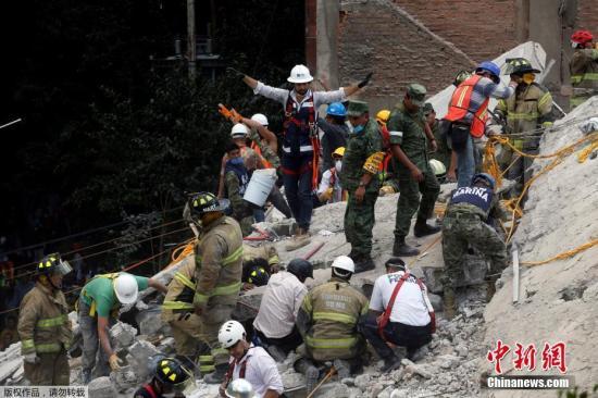 搜救职员开展救济 事情。