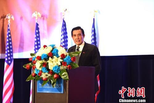 """当地时间11月5日晚,正在美国洛杉矶访问的台湾地区前领导人马英九出席欢迎晚宴,在致辞中再次呼吁台湾当局领导人能够以最大的智慧和勇气接受""""九二共识""""。这是马英九卸任后首次到访洛杉矶。中新社记者 张朔 摄"""